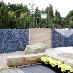 Schöner Gabionen Garten mit Mauer und Mustern.