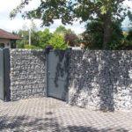 Gabionenmauer als Abgenzung zur Strasse.