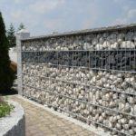 Hochwertige Gabionen Gartenmauer mit querverlaufendem Muster.