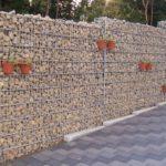Schöne Gabionenmauer