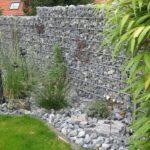 Schöne Gabionen Gartenmauer.