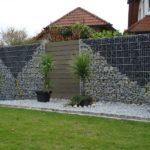 Gabionen Mauer mit Muster.