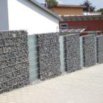 Hochwertige Gabionenmauer als Abgrenzung zur Strasse.