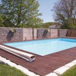 Gabionen Swimmingpool mit Mauer und Umrandung.