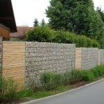 Hochwertige Gabionen Mauer begrünt.