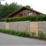 Gabionen Mauer Strasse und Torf